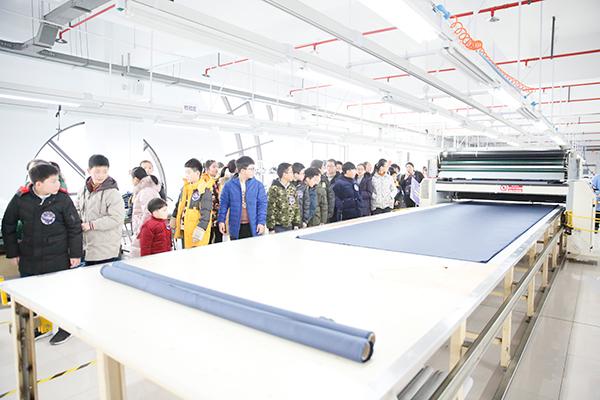 学生参观万博体育手机官网登录集团生产车间的智能化设备